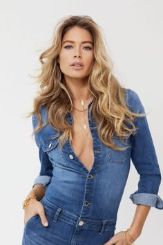 Danish fashion brand Only delivers one of the world's most beloved supermodels Doutzen Kroes to celebrate its anniversary. Posing in Amsterdam, Doutzen wears indigo denim looks married to classic white breezy tops. Doutzen Kroes, Vogue Spain, Vogue Korea, Fashion 2020, Fashion Brand, Fashion Fashion, Stylish Jeans, Stylish Outfits, Danish Fashion
