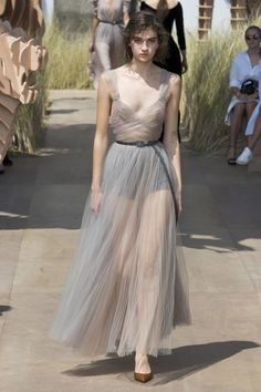 Christian Dior Fall 2017 Couture Fashion Show Collection The complete Christian Dior Fall 2017 Couture fashion show now on Vogue Runway. Dior Haute Couture, Couture Mode, Style Couture, Couture Fashion, Fashion Week, Fashion 2017, Runway Fashion, Dior Fashion, Fashion Skirts