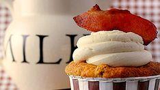 Cupcakes au pain perdu glacés à l'érable et au bacon
