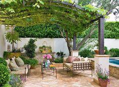 Creare un pergolato di uva è un'idea perfetta per un angolo del giardino davvero splendido - arredi rustici in ferro e stoffa colori naturali - idee progettazione giardini