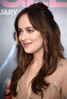 Dakota Johnson Dakota Johnsons hair color isnt exactly 50 shades of brown but more like one shade of chocolate brown. Auburn Balayage, Balayage Hair, Hair Color For Fair Skin, Cool Hair Color, Hair Colour, Color Del Pelo, How To Be Single, Hair Color 2018, Hair Fair