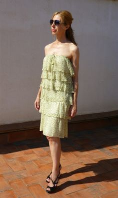 Vestido de volantes de seda de Purificación García en minúsculo estampado floral.  Disponible en el blog Anapretaporter
