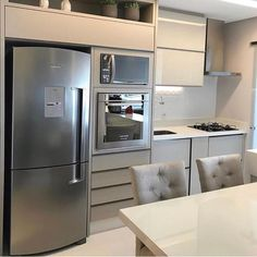 Boa tarde com uma cozinha linda 💘 Projeto: Dboah Arquitetura. Kitchen Furniture, Kitchen Decor, Furniture Design, Mini Kitchen, Little Kitchen, Decorating Small Spaces, Modern Kitchen Design, Simple House, Home Kitchens