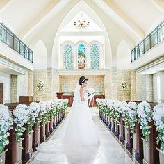 粛々と時を刻む独立型の大聖堂は、やわらかな自然光に包まれた神聖な場所。中央に伸びる真っ白な大理石のバージンロードは、永遠を誓い寄り添うおふたりの清らかな後ろ姿を美しく映します。厳かなパイプオルガンの音色が響く中、おふたりらしいウェディングの始まりです。