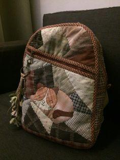 เป้ควิทต์ Embroidery Purse, Baby Backpack, Bag Pack, Fabric Handbags, Purses And Bags, Diy And Crafts, Textiles, Quilts, Leather