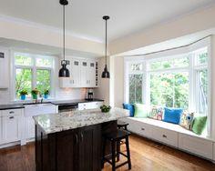 Amerykański Dom i Wnętrze - kolejny wpis na blogu u Pani Dyrektor - zobacz jak urządzić wnętrze i wykusz w domu amerykańskim i zainspiruj się! Wykusz w kuchni, miejsce do siedzenia, parapet do siedzenia w kuchni - czemu nie! Zapraszam na bloga Pani Dyrektor - zainspiruj się!