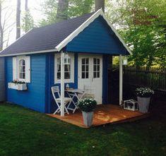 Dieses schwedenrote Gartenhaus besticht durch seine große