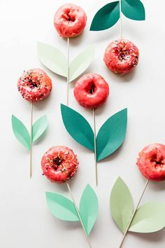 Geschenk Geburt - Making a Donut Bouquet really is the best birthday idea ever, even dad would lov. Donut Party, Donut Birthday Parties, Birthday Fun, Mini Doughnuts, Cute Donuts, Dad Birthday Cakes, Birthday Bouquet, Food Bouquet, Party Mottos