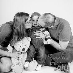 Séance photo en famille au Studio ah! plus d'1 an après la séance maternité, je découvre la complicité de ce trio de choc !