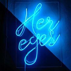 Ten cudny neon świetnie oddaje magię tego miejsca ;-) @her_eyes_studio znam ze zdjęć które tu powstają są prześliczne i mają w sobie dużą dawkę pozytywnej energii. Cieszę się że mogłem dzisiaj spędzić tutaj trochę czasu ;-) . #hereyes #hereyesstudio #neon #blue #blueneon #photographystudio #warsaw #jamstudiopl