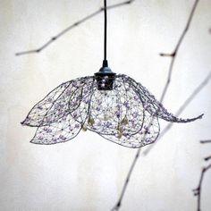 Pro elfku. Drátované stínidlo.  Něžné stínidlo jsem vyrobila ze železného drátu a lila broušených perliček. Rozsvícené světlo vytváří večer stínohru na zdech. Je tvarováno z ruky, je nepravidelné. Jednotlivé okvětní plátky můžete aranžovat a regulovat tím míru otevření květu. Rozpětí stínidla je cca 46 cm v tak otevřené podobě, jako je na hlavní fotce, ...