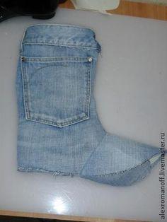 Куда девать старые джинсы? Вариант - сделать себе обувь из них. Я покажу примерно, как это делается. Беру старые джинсы, вот примерно такие. И начинаю прикладывать и обрисовывать лекало,которые я предварительно сделал. вот так. После того как обрисовали все детали вырезаем их.