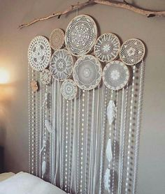 Dream catcher made with doilies! Recycled Crafts, Diy And Crafts, Arts And Crafts, Diy Room Decor, Wall Decor, Crochet Wall Art, Dream Catcher Decor, White Wall Clocks, Doilies Crafts