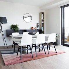 DESIGN SALE | 15% off dining packages & 20% off all rugs!! Image of an AKL, NZ apartment, see blog for full post | Photo cred @larnienicolson #urbanliving #auckland #boconcept #blackandwhite #scandinavian #diningtable