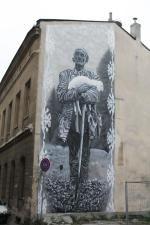 """Mural """"Pasterz"""" na ścianie kamienicy przy ul. 11 Listopada autorstwa Macieja Szymonowicza """"Kamera""""; fot. Justyna Łabądź"""