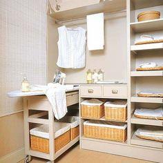 Te damos las claves que te ayudarán a lograr un espacio cómodo donde almacenar la ropa limpia, además de la tabla de planchar y otros productos necesarios para esta labor.
