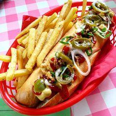 Ve Starých Čivicích (část Pardubic) se nachází bistro, které se inspirovalo americkými 50. léty. Protože bylo dneska hezky, vyrazili jsme na procházku a do bistra na hot dog a milkshake. A stálo to za to. Krom hotdogů, hamburgerů a sandwichů mají i zajímavě vypadající freakshaky, které jsme teda zatím nezkusili, a taky super houpací síť pro velké i malé :-) @bistrofifties  #bistro #americanstop #bistrofifties #hotdog #milkshake #strawberrymilkshake #vanillamilkshake #fries #frenchfries