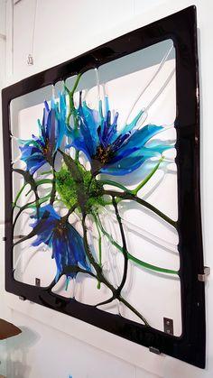 Blue Flowers met strakke zwarte buitenkant. Formaat 75 x 75 cm. Een blikvanger aan de muur, Kan hangen met speciale RVS beugels of met bijna onzichtbare afstandssteunen. neem contact op voor meer info Fused Glass Art, Stained Glass Art, Mosaic Glass, Mosaic Mirrors, Mosaic Wall, Glass Painting Designs, Stained Glass Designs, Glass Artwork, Glass Wall Art