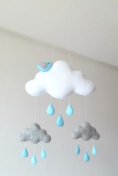 Móbile feito de feltro, costurado a mão e preenchido com fibra siliconada.    Lindo móbile composto por nuvens, gotinhas e um lindo passarinho. Sua leveza, o seu colorido e mobilidade traz calma, distração e alegria para o seu bebê.    Deixa qualquer ambiente alegre e divertido.    Medidas Aproxi... Mobiles, Diy For Kids, Diys, Pictures, Party, Nursery Decor, Hand Stitching, Clouds, Feltro