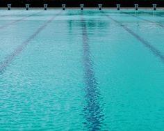 L'acqua è il mio cielo.  Visitando le strutture sportive a disposizione del @geovillage mi sono soffermato a fissare questa piscina esterna da 50m. Sono tornato improvvisamente bambino quando facevo nuoto e mi è tornato alla mente la mia prima gara in una piscina proprio come questa. Un piccolo sorriso si è formato sul mio volto (sfido chiunque a trovarlo sotto la barba). #GalluraExperience. . . . . . . . . . . .  #ic_minimal #ig_minimalaysia #ig_minimalist #jj_minimalism #id_minimalism…