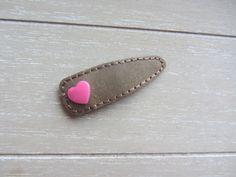 Spängchen aus veganem Leder und Filz – braun mit Herz in pink