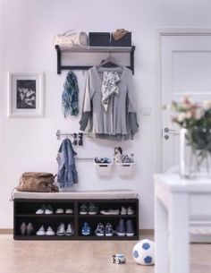 Garderobe How To Use IKEA Products To Build Shoe Storage Systems - Home And Decoration Interesting F Build Shoe Storage, Entryway Shoe Storage, Ikea Storage, Storage Hacks, Storage Ideas, Ikea Tjusig, Nordli Ikea, Ikea Entryway, Entryway Ideas
