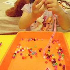 Pipe cleaner & beads are good for their fine motoric skills 🙂  #busytoddler #playmatters #toddleractivity #toddleractivities #3yo #learnthroughplay #learnthroughsenses #invitationtoplay #ayomain #gracielleemmanuellahadisurya