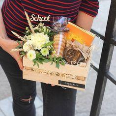 Школьный подарочный набор 2500 рублей Поспешите выбрать подарок, который не оставит равнодушной ни одну учительницу #подарки_астрафло в оригинальных ящиках ✔состав -цветочная композиция с колосками - деревянное слово - шоколад в кубиках с апельсином -чай чёрный с шиповникоми и яблоками в стеклянной баночке - вафли мяфли #спеццена_астрафло Вы можете выбрать набор из предложенных или составить свой - индивидуальный и неповторимый ️