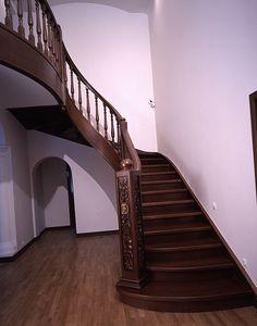 Элитные лестницы из дерева на заказ. Лестницы из массива дуба и других ценных пород дерева.