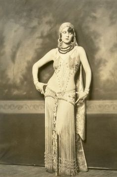 Claudette Colbert as Cleopatra.  Pic from TheOccidentalDancer.com.  Love how delicate yet strong the costume is.