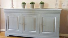 Renovate: How to repaint a varnished piece of furniture: step by step! Buffet, console, dresser … you want to relook a varnished furniture in the repeigna Shabby Look, Shabby Chic, Buffet Console, Painted Furniture, Furniture Design, Easy Wood Projects, Diy Headboards, Wood Bars, Diy Bedroom Decor