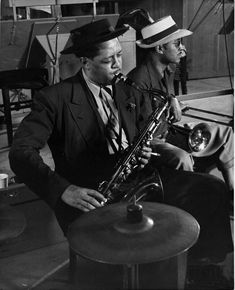 size: Premium Photographic Print: Lester Young and Trombonist at Recording Session for Jammin' the Blues by Gjon Mili : Artists Cool Jazz, Jazz Cat, Jazz Artists, Jazz Musicians, Jazz Saxophone, Saxophone Players, Jazz Players, Tenor Sax, Gjon Mili