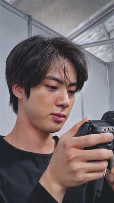 """BTS photographer Jin/ Kim Seokjin Bangtan bomb screenshot/ screen so HD lockscreens/ wallpapers. Bts Jin, Jin Kim, Kim Taehyung, Yoongi, Bts Jungkook, Seokjin, Park Ji Min, Foto Bts, K Pop"