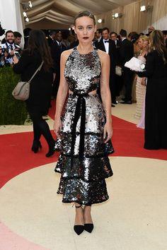 Brie Larson con vestido de volates, metalizado, de Proenza Schouler.