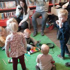 Liedjes zingen voor je #baby is heel gezellig én goed voor de taalontwikkeling. #Wistjedat BoekStart ook op #spotify zit?  #Repost  Brrr wat koud was het thema bij de BoekStart in Bibliotheek Maasdijk. Heerlijk opgewarmd met dansen springen muziek maken enz. #boekstart #levenlangleren #bibliotheek #maasdijk : @bibliotheekwestland