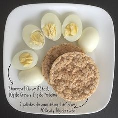 #Merienda #SaschaFitness Esta merienda puedes consumirla en la tarde Sustituyendo las galletas de arroz integral inflado por 20 almendras y en lugar de dos huevos completos sólo vas a consumir uno completo y tres claras porque ya las almendras aportan suficiente grasa