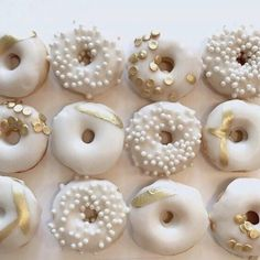 Fancy Donuts, Gold Donuts, Cute Donuts, Delicious Donuts, Yummy Food, Donut Recipes, Dessert Recipes, Gateau Baby Shower Garcon, Donut Pictures