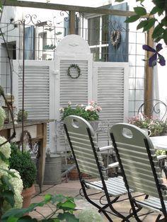 L A N D L I E B E-Cottage-Garden: Drei alte Fensterläden