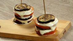Ricetta Melanzane, pomodoro e mozzarella: Le melanzane, pomodoro e mozzarella sono una rivisitazione della caprese. Si aggiunge la melanzana e si ripassa in forno per un effetto filante!