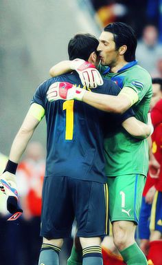 Iker Casillas & Gianluigi Buffon (Eurocopa 2012) Best Football Players, People Figures, Goalkeeper, Champions League, Real Madrid, Fifa, Athlete, Soccer, 1direction