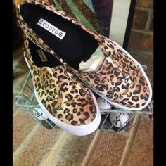 ❤️STEPPING IN LEOPARD❤️ ❤️COZY SLIP ON LEOPARD PRINT TENNIS SHOES❤️ CASUALLY CUTE WITH DENIM, SKIRTS, SHORTS... THEY WILL SET ANY CASUAL LOOK OFF WITH A POP OF PRINT❤️NWOT Groove Shoes