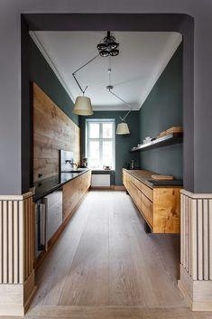 kuchnia | ciemnozielone ściany + proste, drewniane szafki kuchenne