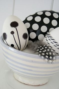 Il love the #minimale #art on #easter #eggs. Especially high #contrast in black and white. #diy #painting #giftmeapp