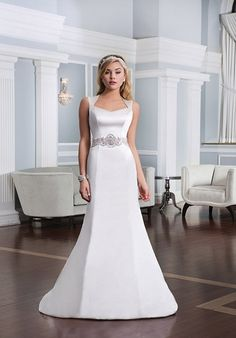 Majestätisches Kleid aus Satin mit schmaler Linie und Queen Anne Ausschnitt von Lillian West in der weddix Brautkleider-Galerie ansehen - Modellnummer 6333!  Einfach bezaubernd schlicht!