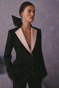 Carolina Herrera Resort 2020 Fashion Show - Vogue Fashion 2020, Look Fashion, Runway Fashion, High Fashion, Fashion Show, Fashion Outfits, Womens Fashion, Fashion Design, Fashion Trends