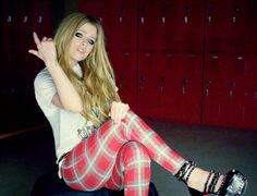 avril lavigne here's to never growing up.. I love her outfits in this video especially this one