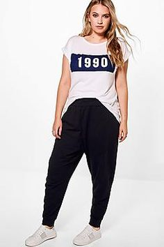 Looking for plus size trousers that fit like a dream? boohoo's curve collection has it all -from plus size wide leg trousers to cropped styles and more. Harem Pants, Trousers, Printed Palazzo Pants, Curvy Girl Fashion, Plus Size Outfits, Shirt Style, Parachute Pants, Sweatpants, Skinny