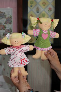 Dolls - I like the bean bag looking hairelove the check fabric for the hair. I always have trouble with doll hair.sorelle: Martina e Carlotta Doll Crafts, Diy Doll, Sewing For Kids, Baby Sewing, Doll Toys, Baby Dolls, Operation Christmas Child, Fabric Toys, Sewing Projects