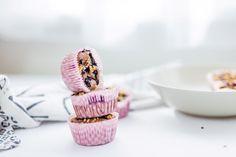 Tieto fitness muffiny s tvaorhom, kakaom a čučoriedkami patria k mojim obľúbeným. Sú mäkkučké a príprava je jednoduchá. Vyskúšaj môj recept na muffiny.