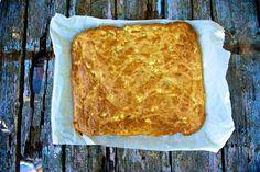 Πανεύκολη Τραγανη τυροπιτα απο την Ελενη Ψιχουλη Υλικά για 6 άτομα 500 γρ. αλεύρι που φουσκώνει μόνο του 200 γρ. ελαιόλαδο 500 γρ. γάλα 450 γρ. φέτα θρυματισμένη 1 κ.γ. αλάτι πιπέρι-ματζουράνα-ρίγανη ελαιόλαδο για την επιφάνεια Εκτέλεση Σε μια λεκάνη ανακατεύουμε όλα τα υλικά εκτός από
